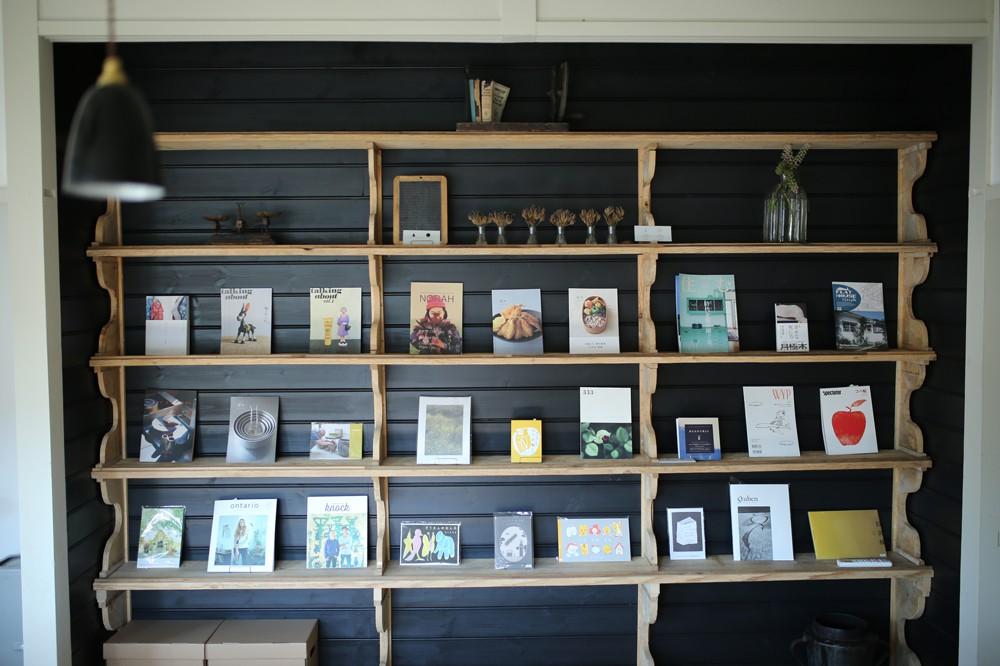 ライブラリーには、松本の『栞日』さんによるブックストア・スペースが。